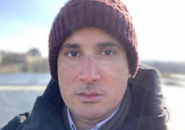 Engagierter Lehrer Carlos bringt Ihnen im online-Unterricht Spanisch bei
